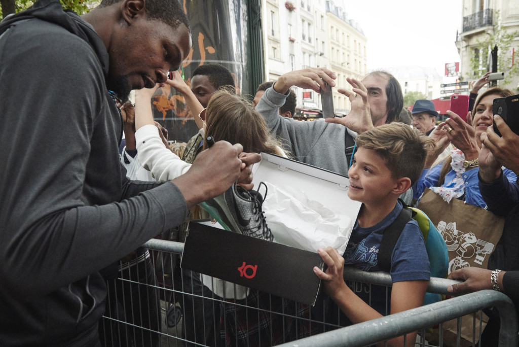 A young fan from Greece visiting Paris goes home with the souvenir of a lifetime.
